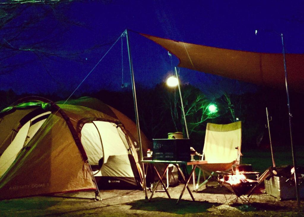 アメニティドームでキャンプをしている様子