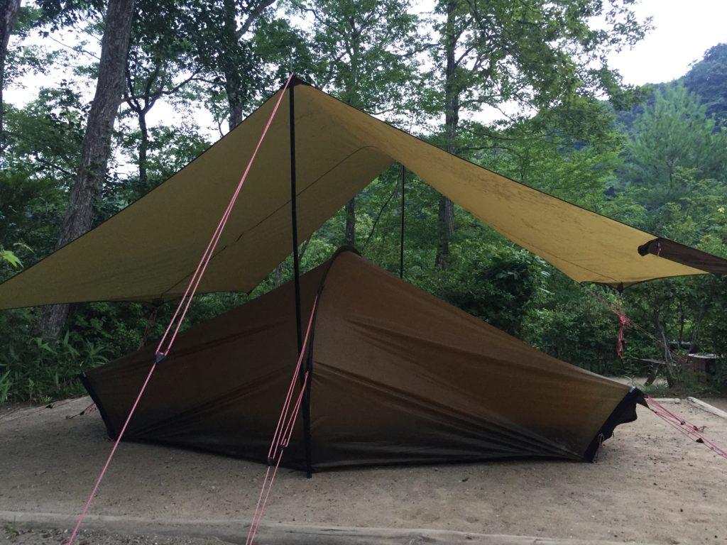 ヒルバーグ  タープ10XPでキャンプをしている様子