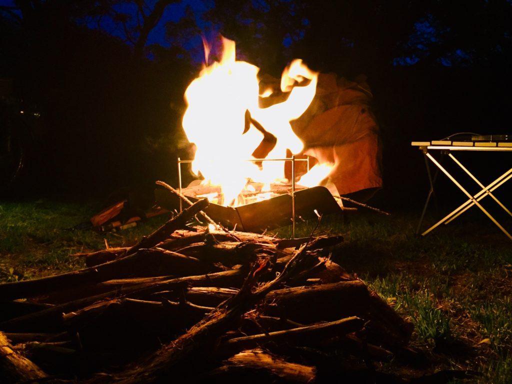 大きな炎で焚火をしている様子