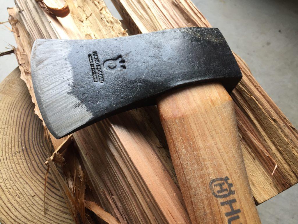 薪の上にハスクバーナ製の斧が置いてある様子