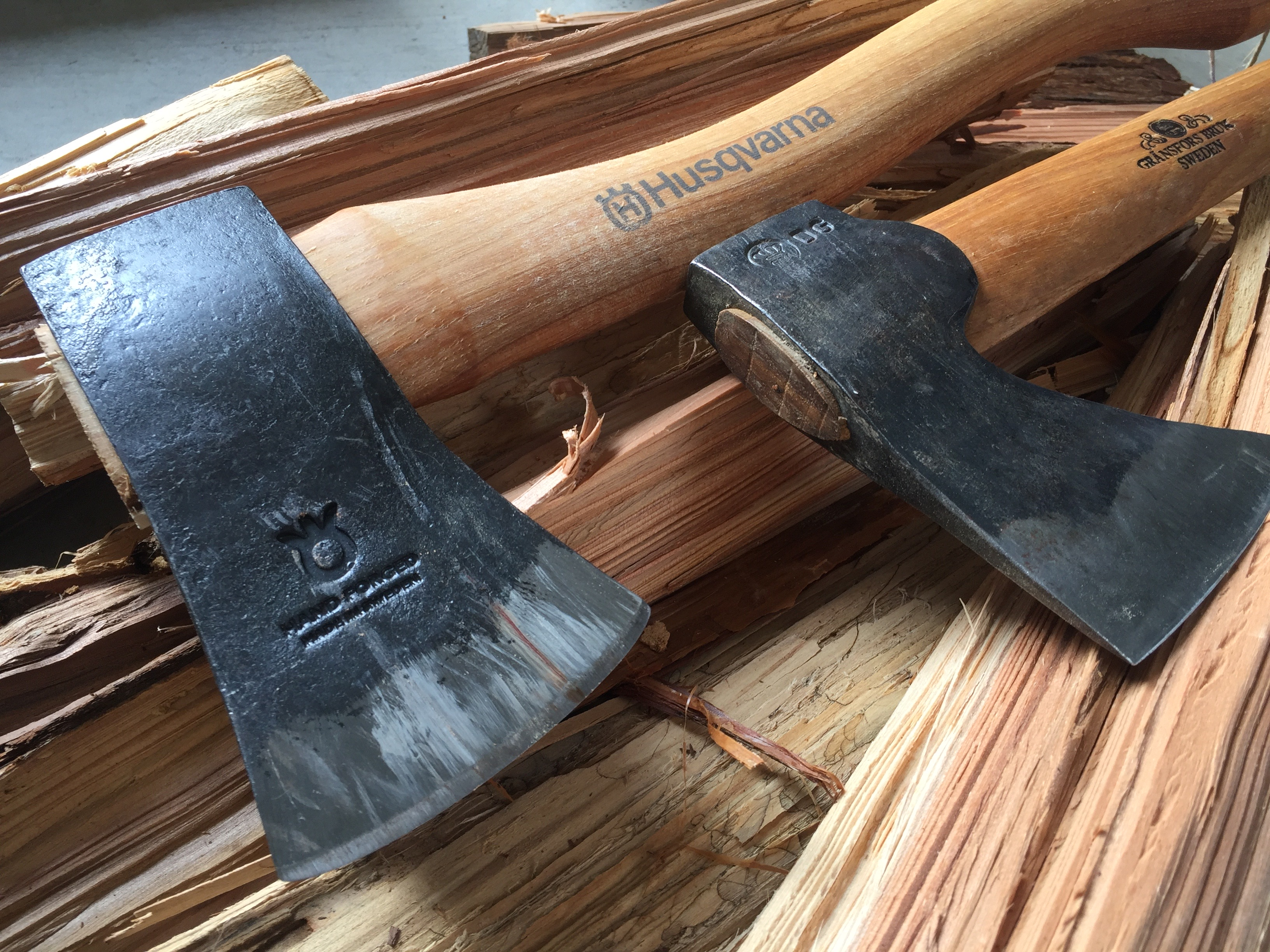 ハスクバーナの手斧とグレンスフォシュのワイルドライフが並んでいる様子