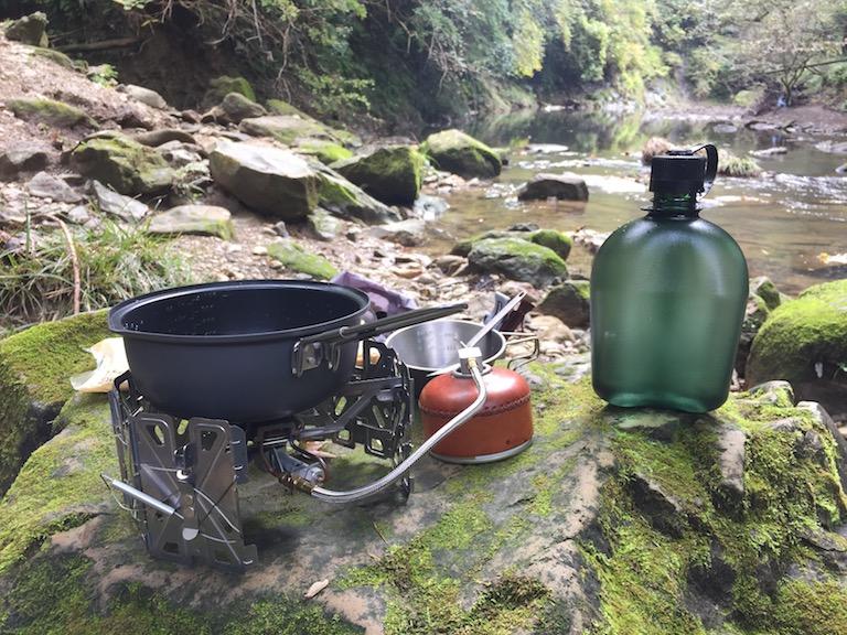 渓流で調理している様子