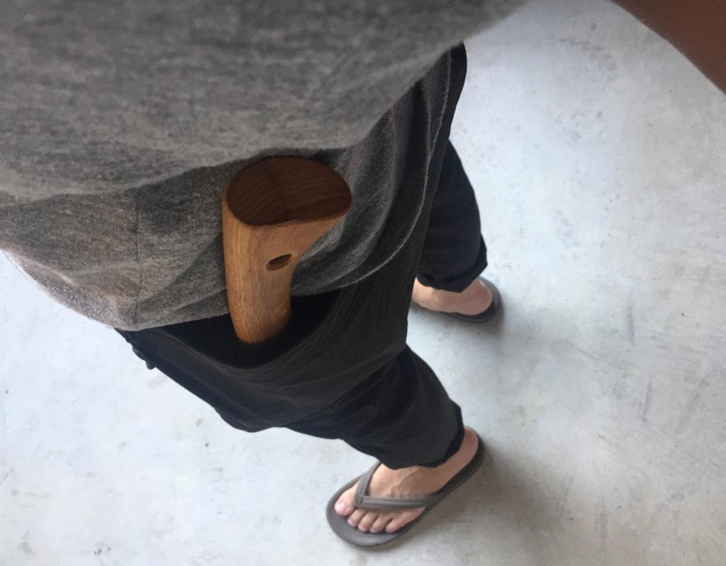 パンツのポケットにに斧をさしている様子
