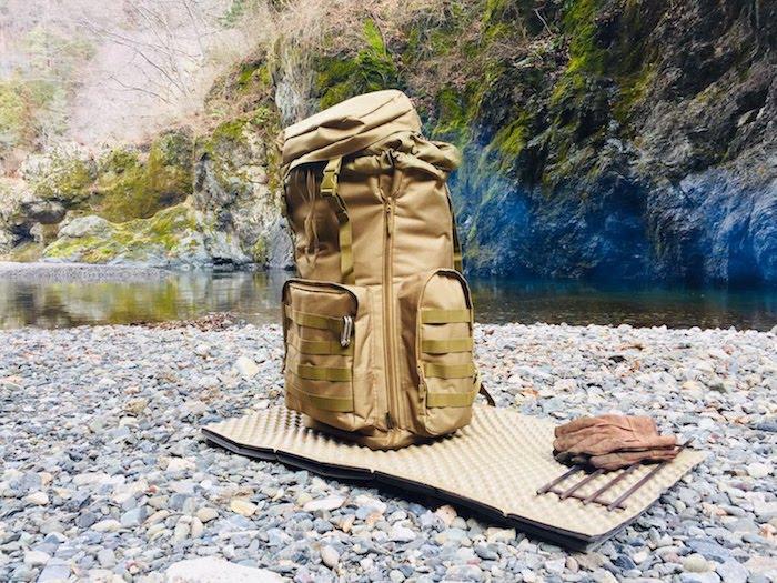 渓流で、バックパックを置いている様子