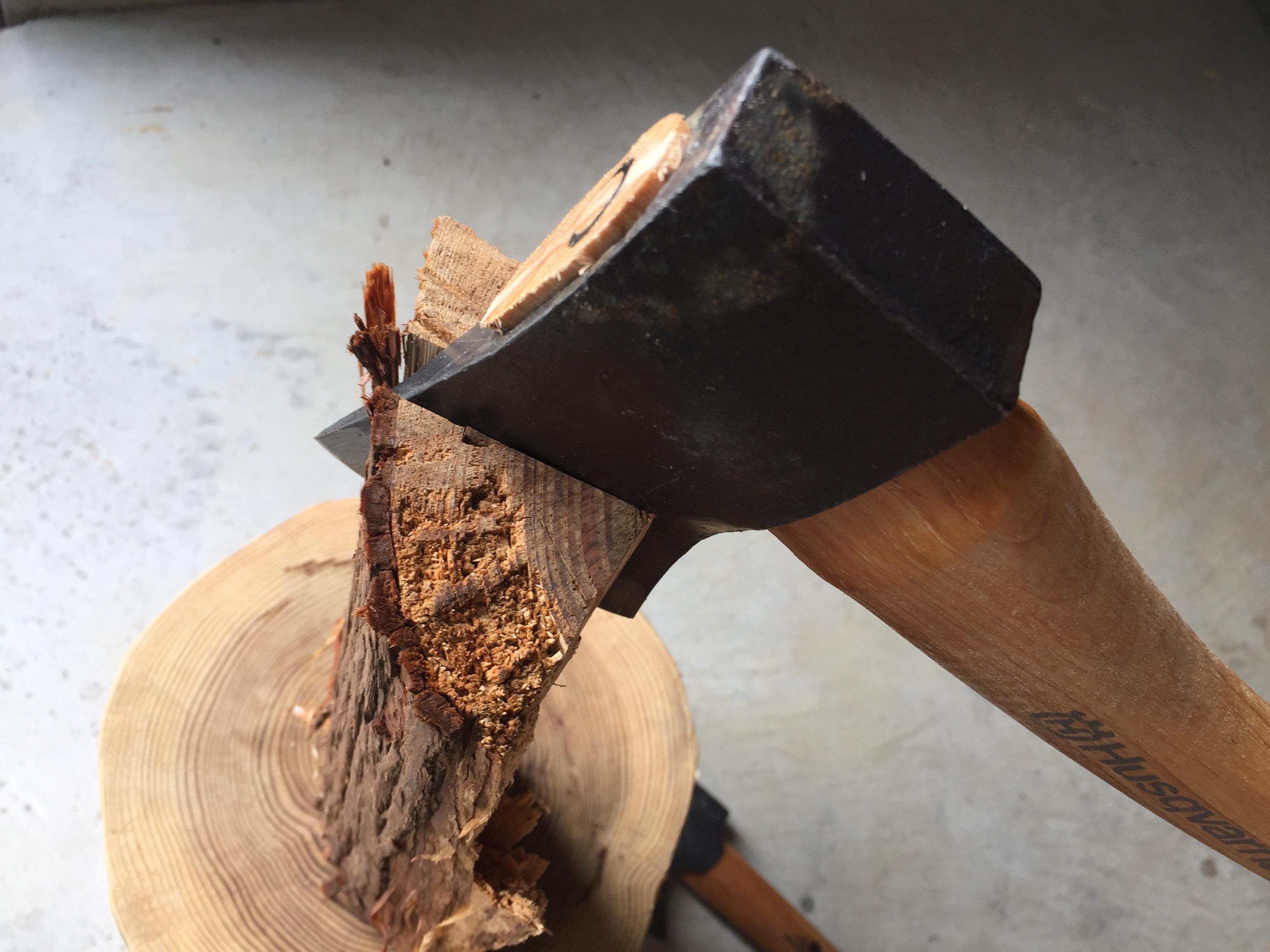 ハスクバーナの手斧で薪割りをしている様子