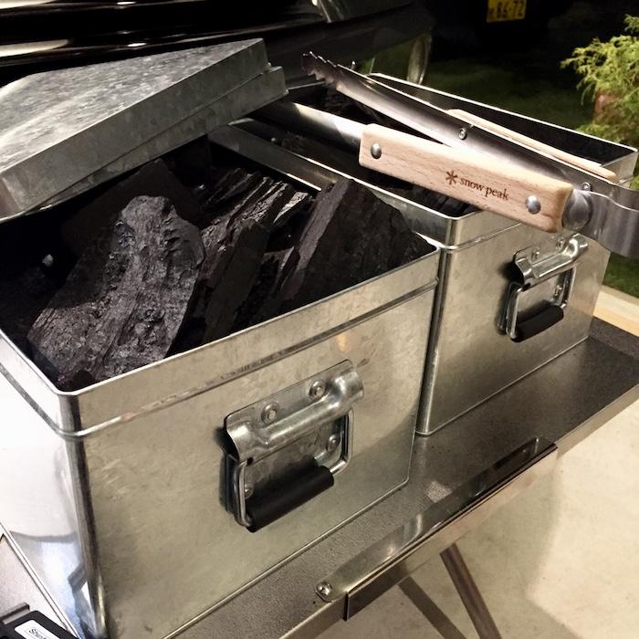 トタンボックスに炭が詰められている様子