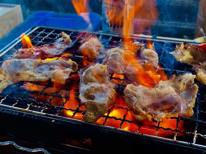 コンロの上で肉を焼いている様子