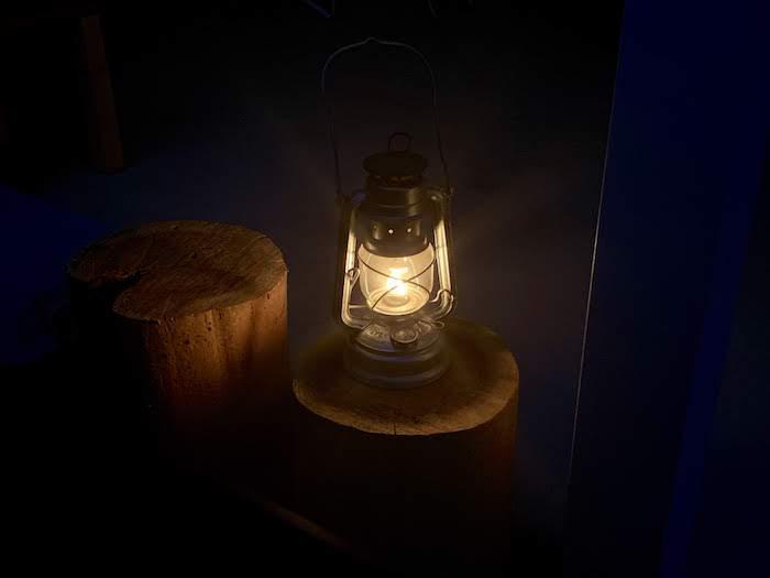 丸太の上の灯油ランタン