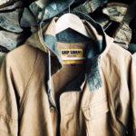 「本当の焚き火人」は、グリップスワニーのファイアーパーカーを羽織る。– GRIP SWANY